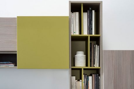 Boekenkast van vierkante gelakte hangende kastelementen met draaideur H32