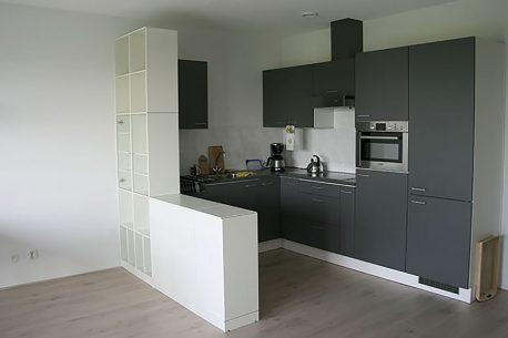 Ruimtedeler met vitrineglas tussen woon- en keukengedeelte