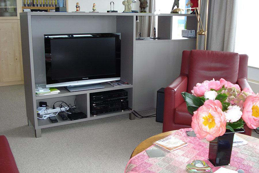 Ruimtedeler op maat met ruimte voor TV en audioapparatuur